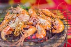Os camarões e os calamares grelhados no fogão do carvão vegetal na noite party Sea Foto de Stock Royalty Free