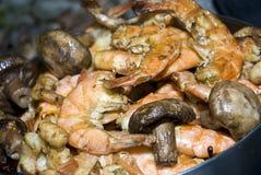 Os camarões e os cogumelos de campo prepararam-se em uma grade Imagem de Stock Royalty Free