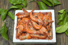 Os camarões encaixotam na tabela Foto de Stock Royalty Free