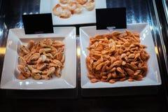 Os camarões na loja do mercado dos pescadores do gelo da exposição compram Imagens de Stock Royalty Free
