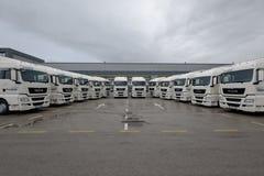 Os caminhões brandnew estacionaram para a entrega a um cliente Fotos de Stock
