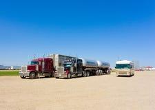 Os caminhões da carga e uma roulotte estacionaram em uma área de repouso em Canadá Imagens de Stock Royalty Free