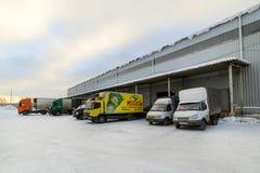 Os caminhões estão na carga no armazém Fotografia de Stock Royalty Free