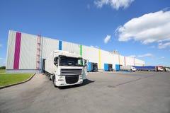 Os caminhões estão o armazém próximo da fábrica de Caparol Imagem de Stock Royalty Free