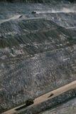Os caminhões moventes da terra abrem a Austrália Ocidental de Telfer da mina de ouro do corte foto de stock royalty free