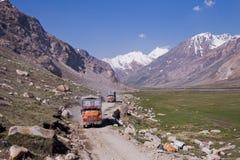 Os caminhões no vale de Zanskar Fotografia de Stock