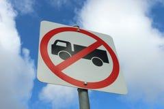 Os caminhões pretos, brancos e vermelhos não incorporam o sinal Imagens de Stock
