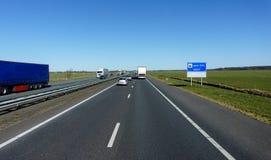 Os caminhões vão na estrada Tráfego da estrada foto de stock royalty free