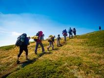 Os caminhantes agrupam trekking em Crimeia imagens de stock royalty free