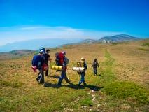 Os caminhantes agrupam trekking em Crimeia fotos de stock