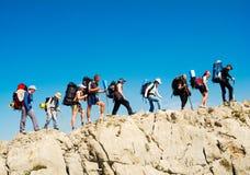 Os caminhantes agrupam trekking em Crimeia Fotografia de Stock Royalty Free