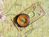Os caminhantes circundam e em um mapa do topo Imagem de Stock