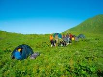 Os caminhantes comem o café da manhã no acampamento fotos de stock