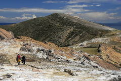 Os caminhantes no Inca arrastam em Isla del Solenóide com Titicaca fotos de stock royalty free