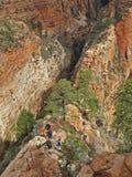 Os caminhantes no penhasco dobro arrastam à parte superior da aterrissagem de Angeles do marco, Zion National Park, EUA Fotografia de Stock