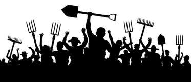 Os camponeses irritados protestam a demonstração Uma multidão de povos com um ancinho da pá do forcado Silhueta do vetor dos trab ilustração royalty free