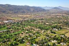 Os campos de golfe aproximam a montanha sul em Phoenix fotografia de stock royalty free