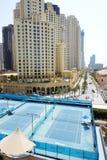 Os campos de tênis perto de uma caminhada na residência da praia de Jumeirah Imagem de Stock