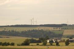 Os campos e os moinhos de vento. fotografia de stock royalty free