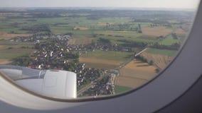 Os campos verdes, as árvores e o pagamento europeu são considerados através da janela dos aviões video estoque