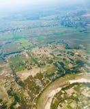 Os campos verdes dispararam da parte superior foto de stock
