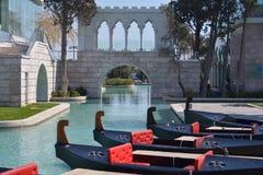 Os canais de água Venetian na cidade de Baku na terraplenagem do mar fotografia de stock royalty free