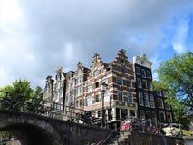 Os canais de Amsterdão, os Países Baixos, dia de verão claro imagens de stock