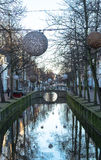 Os canais na louça de Delft com as bolas da luz acima do te molham Imagem de Stock