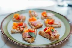 Os canapes caseiros cobriram com as ovas do tomate e dos peixes do bacon Fotos de Stock Royalty Free