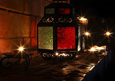 Os candels bonitos iluminam-se na chaminé no tempo 2017 do Natal Foto de Stock Royalty Free