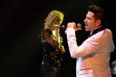 Os cantores Kristina Orbakaite e Avraam Russo executam na fase durante concerto do aniversário do ano de Viktor Drobysh o 50th em Fotografia de Stock Royalty Free