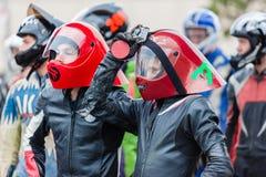 Os capacetes dos skateres ligam para baixo a porta Imagens de Stock