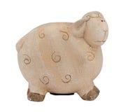 Os carneiros bonitos da argila pairem a caixa de dinheiro do piggybank no branco Fotos de Stock Royalty Free