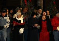 27os carolers vitorianos da caminhada da rua em Broadway, Saratoga Springs, o 5 de dezembro de 2013 Imagens de Stock