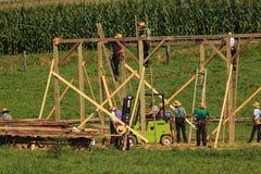 Os carpinteiros de Amish constroem um celeiro fotografia de stock royalty free