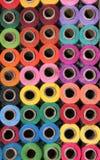 Os carretéis do algodão das miudezas muitas cores do arco-íris compram exposição Foto de Stock