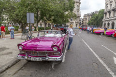 Os carros americanos do vintage aproximam o Central Park, Havana, Cuba #3 Fotos de Stock Royalty Free