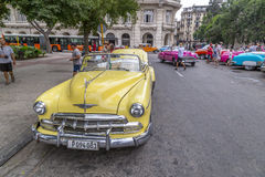 Os carros americanos do vintage aproximam o Central Park, Havana, Cuba #4 Fotos de Stock Royalty Free