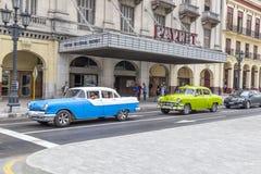 Os carros americanos do vintage aproximam o Central Park, Havana, Cuba #5 Imagem de Stock Royalty Free