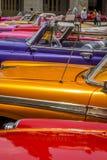 Os carros americanos do vintage aproximam o Central Park, Havana, Cuba #7 Imagem de Stock