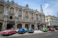 Os carros americanos do vintage aproximam o Central Park, Havana, Cuba #9 Imagens de Stock Royalty Free