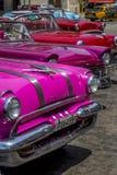 Os carros americanos do vintage aproximam o Central Park, Havana, Cuba #11 Imagem de Stock Royalty Free