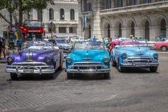 Os carros americanos do vintage aproximam o Central Park, Havana, Cuba #12 Fotografia de Stock
