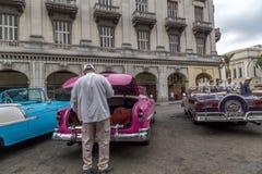 Os carros americanos do vintage aproximam o Central Park, Havana, Cuba #13 Imagens de Stock Royalty Free