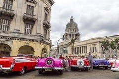 Os carros americanos do vintage aproximam o Central Park, Havana, Cuba #14 Fotografia de Stock Royalty Free