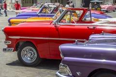 Os carros americanos do vintage aproximam o Central Park, Havana, Cuba #15 Foto de Stock Royalty Free