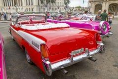 Os carros americanos do vintage aproximam o Central Park, Havana, Cuba #16 Imagem de Stock