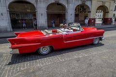 Os carros americanos do vintage aproximam o Central Park, Havana, Cuba #17 Imagem de Stock