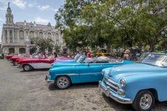 Os carros americanos do vintage aproximam o Central Park, Havana, Cuba #18 Imagem de Stock Royalty Free