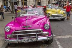 Os carros americanos do vintage aproximam o Central Park, Havana, Cuba #19 Imagens de Stock Royalty Free